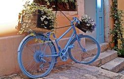 在蓝色自行车的乘驾 库存图片