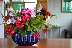 在蓝色花瓶的花 图库摄影