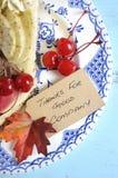 在蓝色葡萄酒桌-垂直的特写镜头上的感恩饼 库存照片