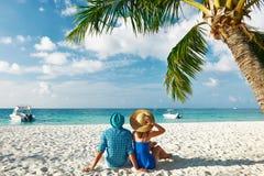 在蓝色衣裳的夫妇在马尔代夫的一个海滩 库存图片