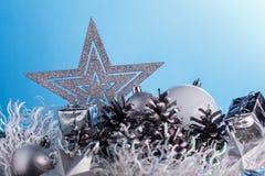 在蓝色表面无光泽的背景的圣诞节构成 库存照片