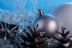 在蓝色表面无光泽的背景的圣诞节构成 免版税图库摄影
