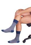 在蓝色袜子的男性腿 背景查出的白色 图库摄影