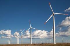 在蓝色被覆盖的天空的风轮机农场 免版税库存图片