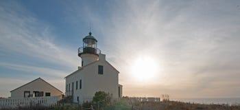 在蓝色触毛CLOUDSCAPE下的老洛马角灯塔在洛马角圣地亚哥南加州美国 免版税库存照片