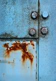 在蓝色金属盘区的铁锈 免版税图库摄影