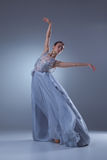 在蓝色长的礼服的美好的芭蕾舞女演员跳舞 库存照片