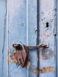 在蓝色门的挂锁 免版税图库摄影