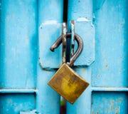 在蓝色门缝的关键锁老 免版税库存图片