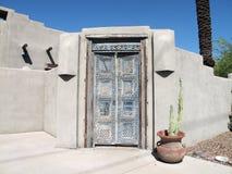 在蓝色门道入口的老复杂设计 免版税库存图片