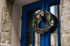 在蓝色门,庆祝装饰的时髦的惊人的圣诞节花圈 库存图片