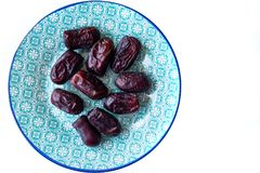 在蓝色阿拉伯样式板材的甜伊朗日期 亚洲人和中东有机产品 矿物的来源和 图库摄影