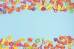 在蓝色隔绝的含糖的果冻 免版税库存图片