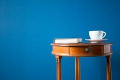 在蓝色隔绝的咖啡桌 免版税库存照片