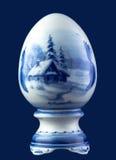 在蓝色隔绝的陶瓷鸡蛋 库存照片