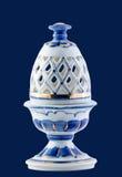 在蓝色隔绝的陶瓷鸡蛋 免版税库存照片