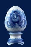 在蓝色隔绝的陶瓷鸡蛋 免版税库存图片