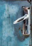 在蓝色难看的东西门的老金属锁定 库存图片