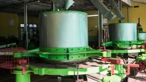 在蓝色领域茶工厂里面的机器 城市认为茶生产的最重要的地点  库存照片
