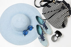 在蓝色颜色的时装配件-帽子、鞋子和袋子, bracele 免版税库存图片