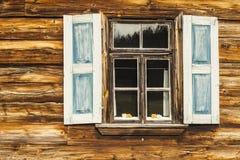 在蓝色颜色的木快门。 免版税库存图片