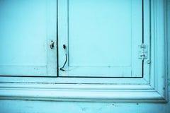 在蓝色颜色的美丽的木快门 库存图片