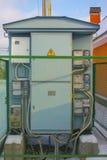 在蓝色颜色的街道高压变压器,与在案件的柜台 免版税库存图片