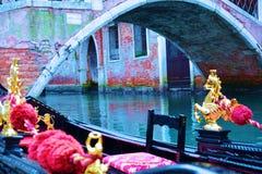 在蓝色颜色的长平底船,威尼斯,意大利 库存图片