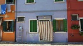 在蓝色颜色绘的好的房子,在Burano海岛上的著名生动的建筑学 股票视频