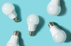 在蓝色颜色背景的LED电灯泡 平的位置 模式 库存例证
