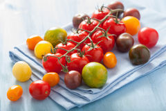 在蓝色餐巾的五颜六色的蕃茄 免版税图库摄影