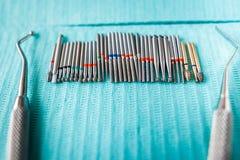 在蓝色餐巾的牙齿仪器 与拷贝空间的顶视图文本的 免版税库存图片