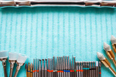 在蓝色餐巾的牙齿仪器 与拷贝空间的顶视图文本的 库存图片