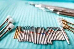 在蓝色餐巾的牙齿仪器 与拷贝空间的顶视图文本的 库存照片