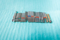 在蓝色餐巾的牙齿仪器 与拷贝空间的顶视图文本的 图库摄影