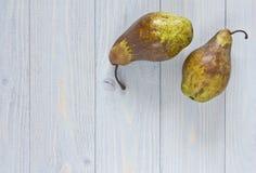 在蓝色破旧的木背景的梨 顶视图 图库摄影