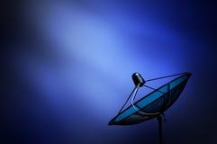 在蓝色黑暗的backgrou的黑天线通讯卫星盘 免版税图库摄影
