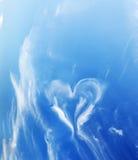 在蓝色晴朗的天空的心形的云彩。 免版税库存图片