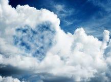 在蓝色晴朗的天空的心形的云彩。 图库摄影