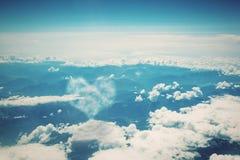 在蓝色晴朗的天空的心形的云彩。 库存图片