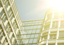 在蓝色玻璃墙背景的现代办公室architectur 免版税库存照片