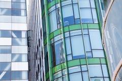 在蓝色玻璃墙背景的现代办公室architectur 图库摄影