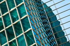 在蓝色玻璃墙背景的现代办公室architectur 库存照片