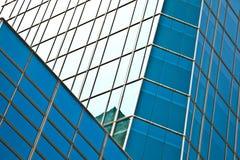 在蓝色玻璃墙背景的现代办公室architectur 免版税图库摄影