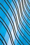 在蓝色玻璃墙背景的现代办公室architectur 免版税库存图片