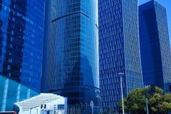 在蓝色玻璃窗墙壁背景的现代办公室建筑学 免版税库存照片