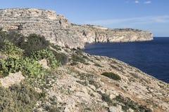 在蓝色洞穴的周围的峭壁马耳他的 库存照片