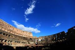 在蓝色colosseum罗马天空之上 免版税库存照片
