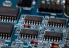 在蓝色PCB的芯片 免版税库存照片