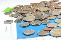 在蓝绿色图表和图背景的硬币 金钱和fina 免版税库存图片